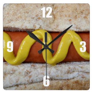perrito caliente delicioso con la fotografía de la reloj cuadrado