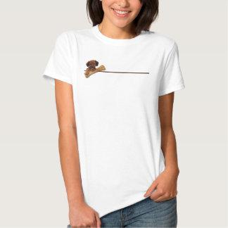 Perrito de Brown que sostiene camiseta del hueso