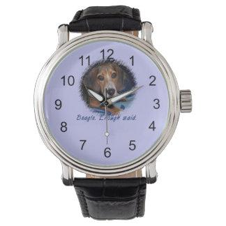 Perrito del beagle con la actitud - color de fondo relojes de mano
