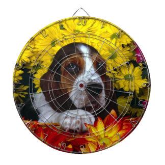 Perrito del beagle con las flores tablero de dardos