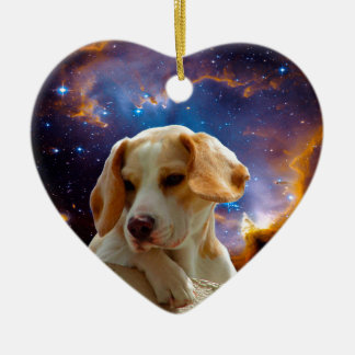 perrito del beagle en la pared que mira el adorno navideño de cerámica en forma de corazón