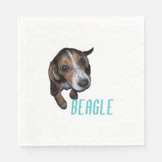 Perrito del beagle que se sienta servilleta de papel