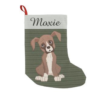 Perrito del boxeador en un modelo verde del calcetín navideño pequeño