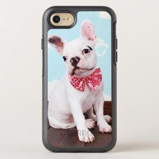 Perrito del dogo francés (bebé de 7 meses) con el funda OtterBox symmetry para iPhone 7