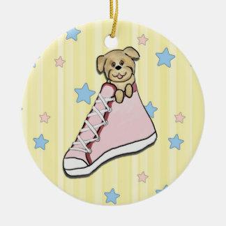 Perrito en un ornamento rosado del zapato ornamento de navidad