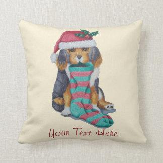perrito lindo con el navidad que almacena y el cojín decorativo