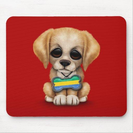 Perrito lindo con la placa de identificación de la alfombrillas de ratones