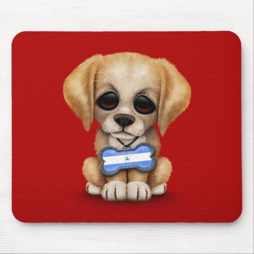 Perrito lindo con la placa de identificación de la alfombrilla de ratón