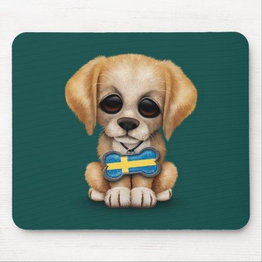Perrito lindo con la placa de identificación sueca alfombrillas de ratón