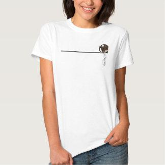 Perrito negro que mira a escondidas a través de un camiseta