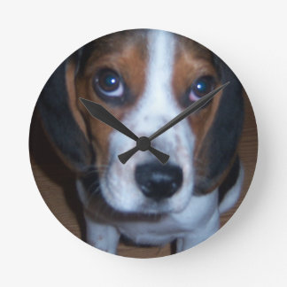 Perrito tonto del beagle de Randy del perro Reloj Redondo Mediano
