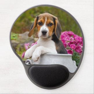 Perrito tricolor lindo del perro del beagle en la alfombrilla de ratón de gel
