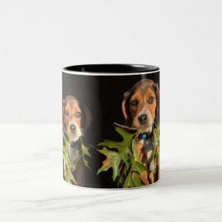Perritos juguetones de los hermanos del beagle taza de café de dos colores