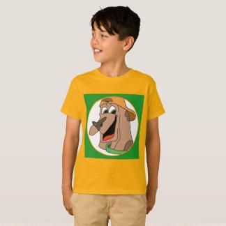 Perro con la camiseta del naranja y del verde del