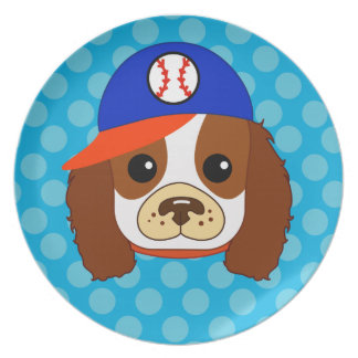 Perro de aguas arrogante con la gorra de béisbol plato para fiesta
