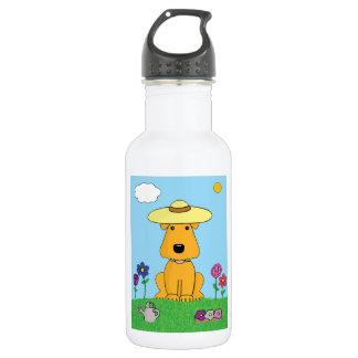 Perro de Airedale Terrier en la botella de agua