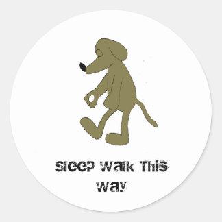 Perro de caza del dibujo animado el caminar de pegatina redonda