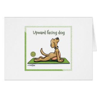 Perro de la yoga - actitud ascendente del perro de tarjetón