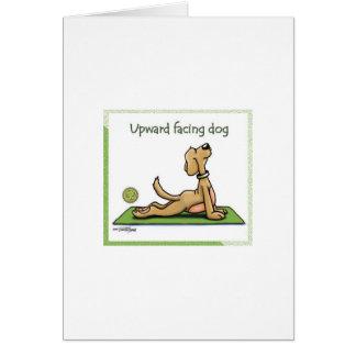 Perro de la yoga - actitud ascendente del perro de tarjeta de felicitación