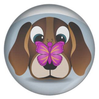 Perro de perrito del beagle y placas de cena plato de comida