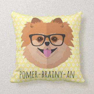 Perro de Pomeranian en vidrios del empollón el | Cojín Decorativo