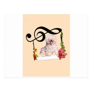 Perro del charco en un oscilación con las flores postal