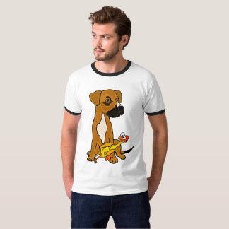 Perro divertido de la mezcla del boxeador con la camiseta