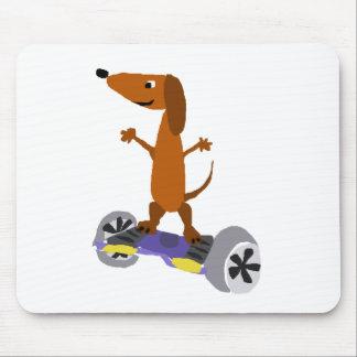 Perro divertido del Dachshund en Hoverboard Alfombrilla De Ratón