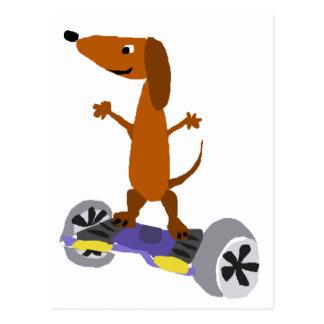 Perro divertido del Dachshund en Hoverboard Postal