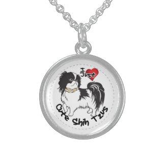 Perro divertido y lindo adorable feliz de Shih Tzu Collar De Plata De Ley
