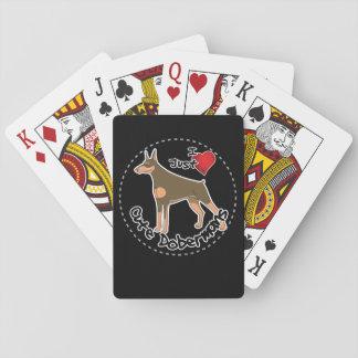 Perro divertido y lindo adorable feliz del barajas de cartas