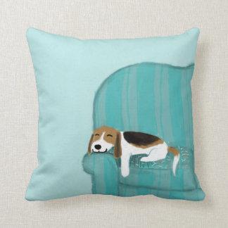 Perro feliz del sofá - beagle lindo que se relaja cojín decorativo