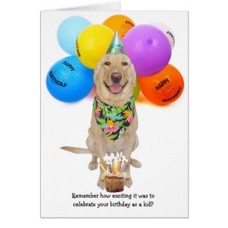 Perro joven divertido/un más viejo cumpleaños del tarjeta de felicitación