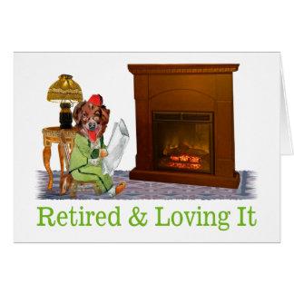 Perro jubilado que gandulea por el fuego tarjeta de felicitación