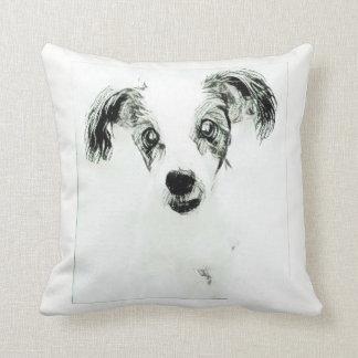 Perro lindo con la almohada de tiro grande de los