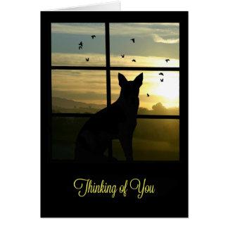 Perro lindo en ventana que piensa en usted tarjeta