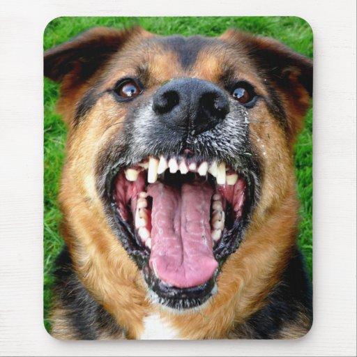 Perro malo con los dientes grandes alfombrilla de rat n - Es malo banar mucho a los perros ...