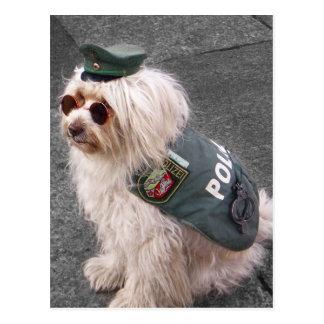Perro policía alemán con las esposas postales