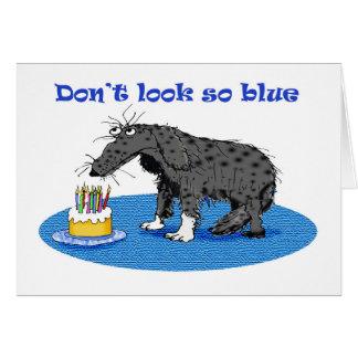 Perro y torta de cumpleaños grises tristes. humor tarjeta de felicitación
