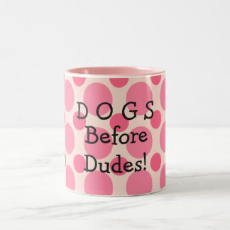 Perros antes de los tipos, taza rosada de los