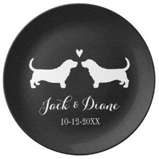 Perros de afloramiento que casan pares con el text plato de cerámica