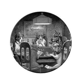 Perros que juegan el póker un amigo en necesidad plato de porcelana