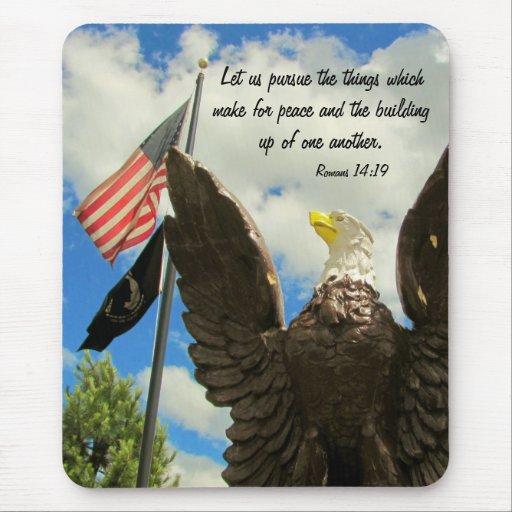 Persiga la bandera americana y Eagle de la paz Alfombrillas De Raton