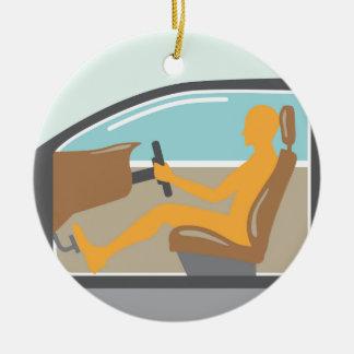 Persona de la vista lateral del coche ningún saco adorno navideño redondo de cerámica