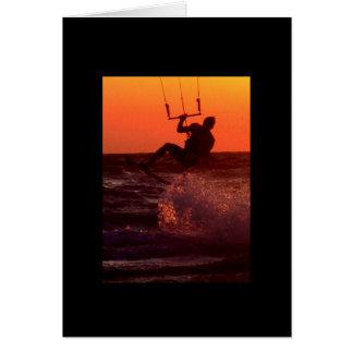 Persona que practica surf de la cometa en la tarjeta de felicitación