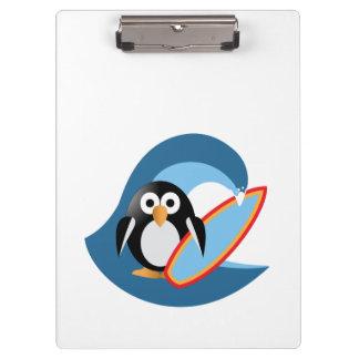 Persona que practica surf del pingüino carpeta de pinza