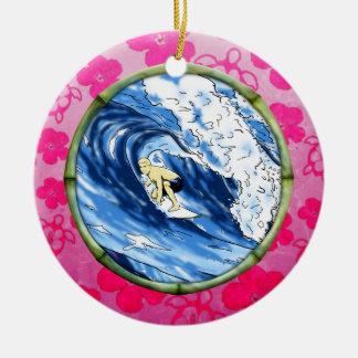 Persona que practica surf en el círculo de bambú adorno redondo de cerámica