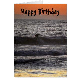 Persona que practica surf en el feliz cumpleaños d felicitación