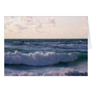 Persona que practica surf solitaria en la playa tarjeta de felicitación