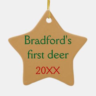 Personalizado con sus ciervos del texto en la adorno navideño de cerámica en forma de estrella